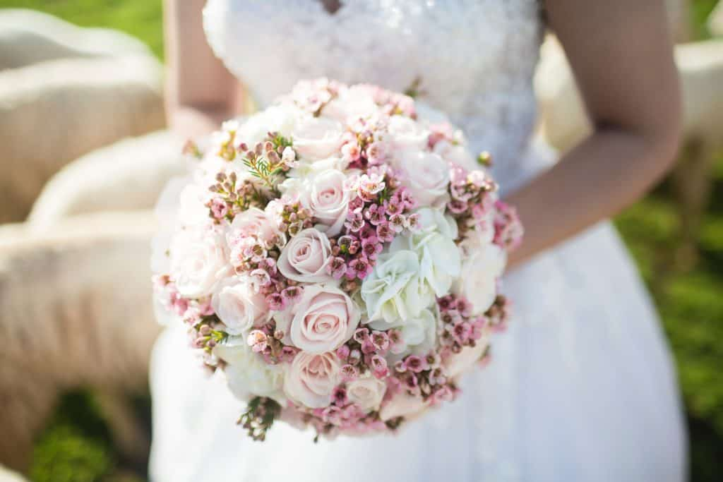 How to Choose a Wedding Flower for Your Bridesmaids and Entourage